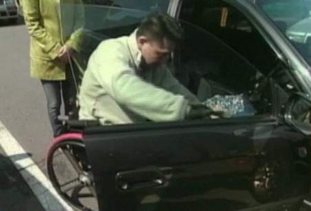 車いす〜運転席の乗り換えシーン