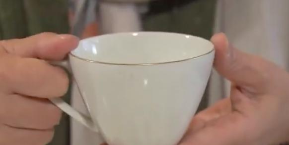 指が入る取っ手のカップ