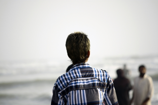 海の方を眺めている人