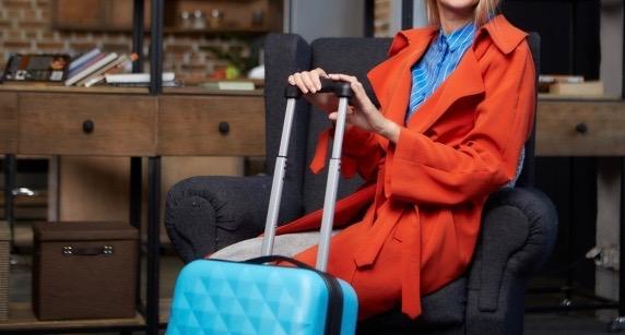 キャリーバッグを持った観光客