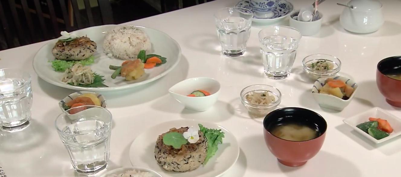 様々な食器が並べられた状態