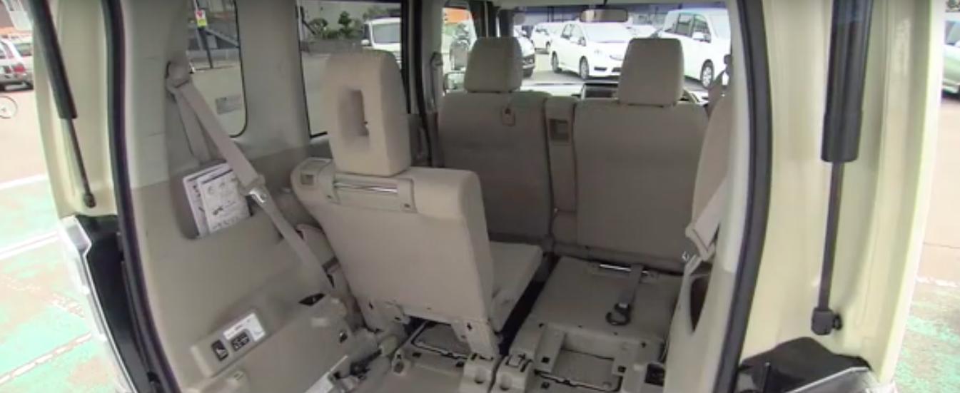車いすを使わない時は座席が…
