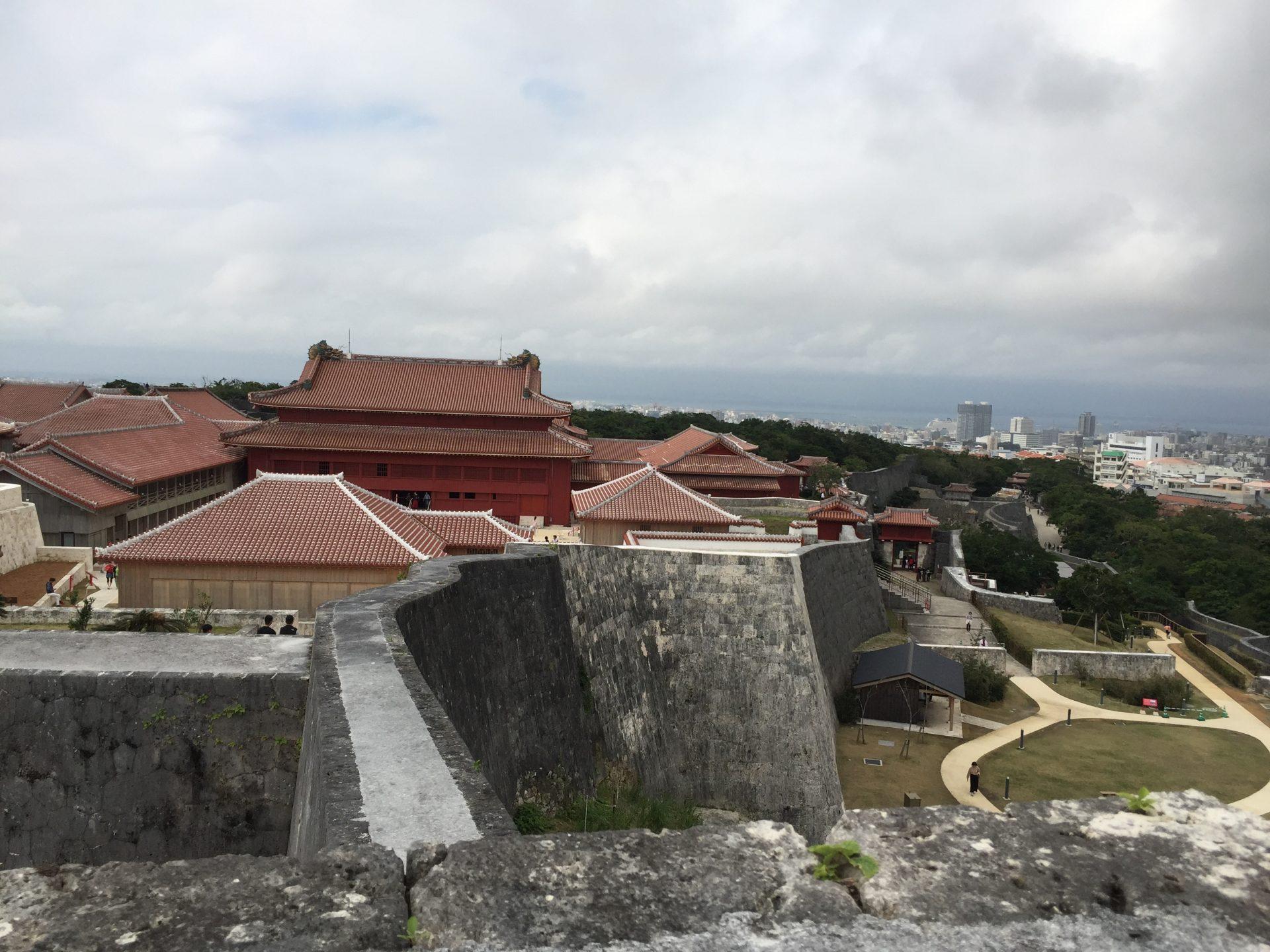 高いところから見下ろした首里城