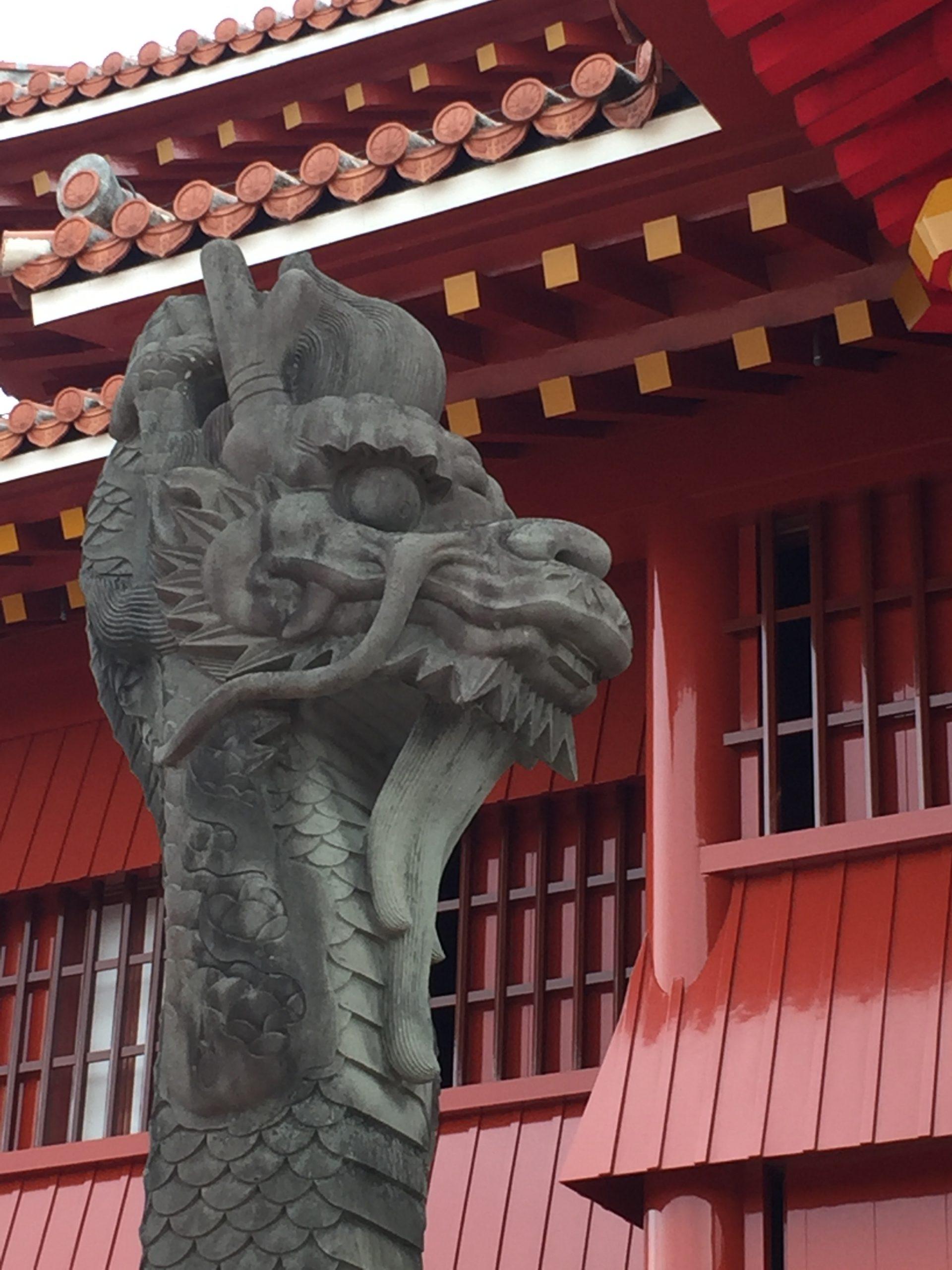 正殿前に立つ龍柱