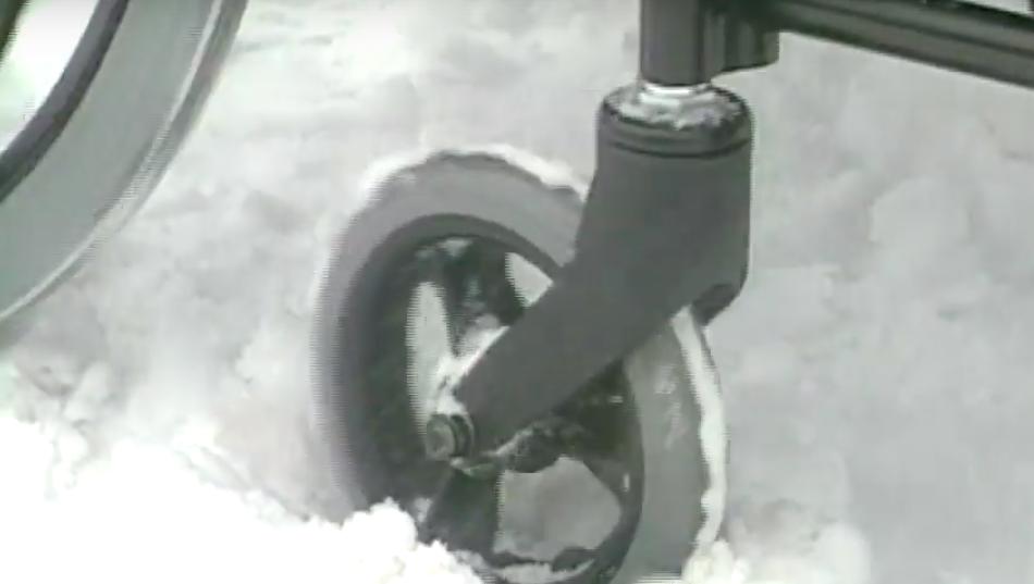 雪にはまる車いすの前輪