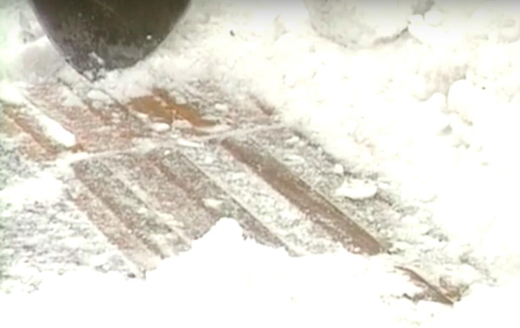 雪にうまった点字ブロック