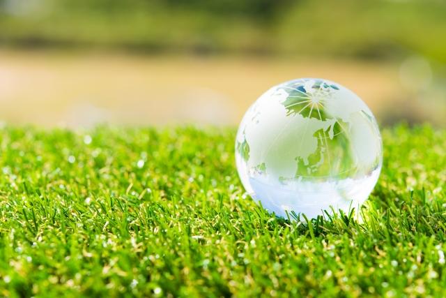 「課題」イメージ写真 緑の芝生の上にガラスの地球儀