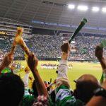 スタジアムで応援する人々